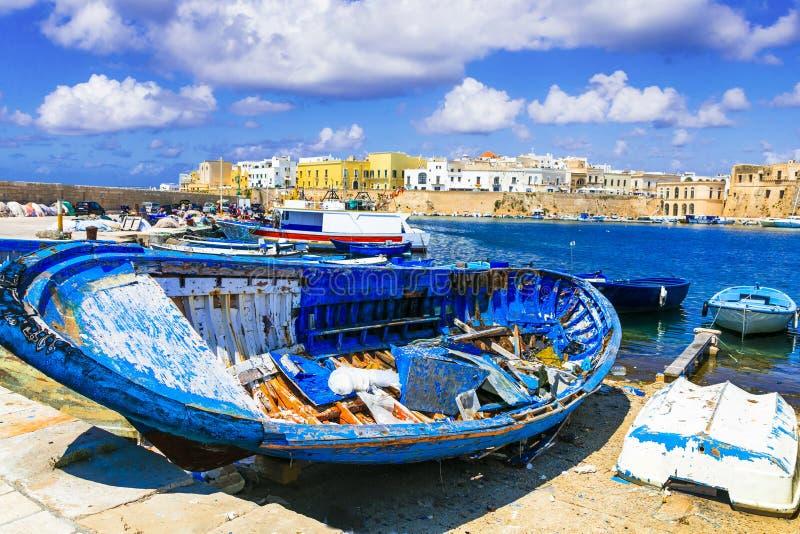 Curso em Itália - porto velho de Gallipoli cidade costeira tradicional em Puglia foto de stock royalty free