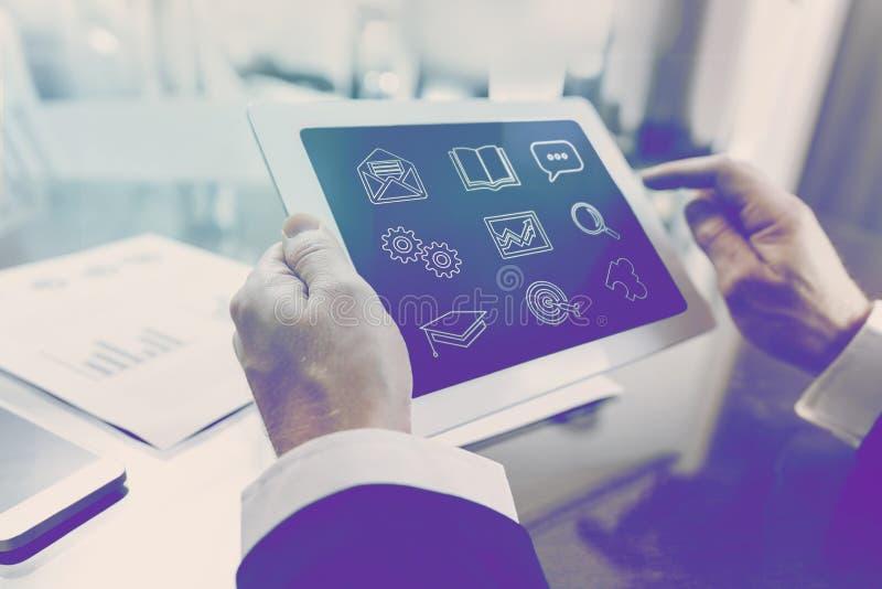 Curso en línea moderno del negocio de las finanzas y de la economía imágenes de archivo libres de regalías