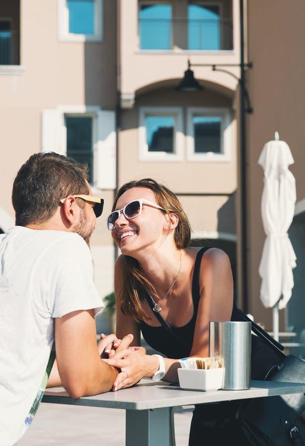 Curso Europa Pares felizes em Portopiccolo Sistiana, Itália fotos de stock royalty free