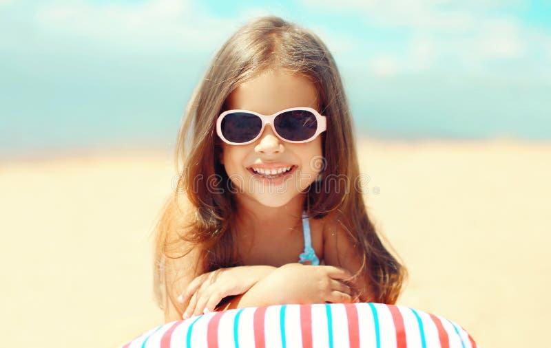 Curso, férias - retrato ensolarado do descanso de sorriso da criança fotografia de stock royalty free