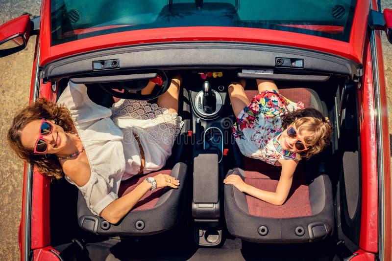 Curso feliz da família pelo carro imagens de stock royalty free