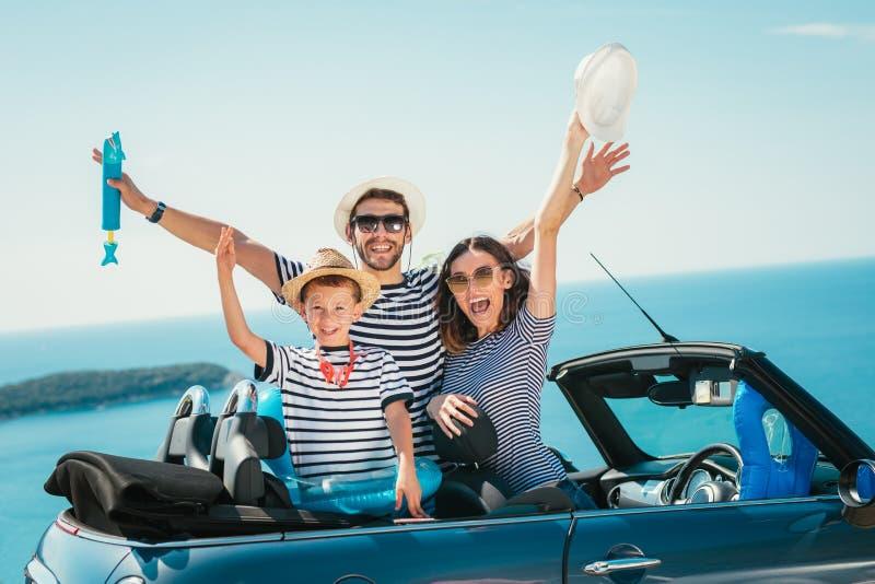 Curso feliz da família pelo carro ao mar imagem de stock royalty free