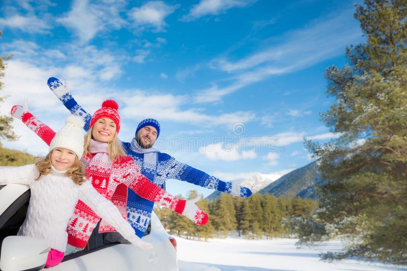 Curso feliz da família pelo carro no inverno imagem de stock royalty free
