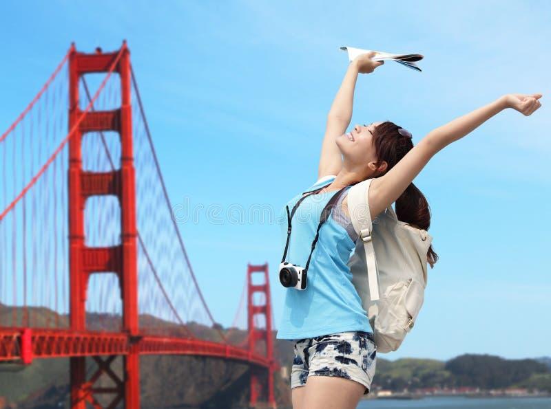 Curso feliz da mulher em San Francisco imagens de stock