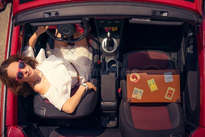 Curso feliz da mulher pelo carro imagem de stock royalty free