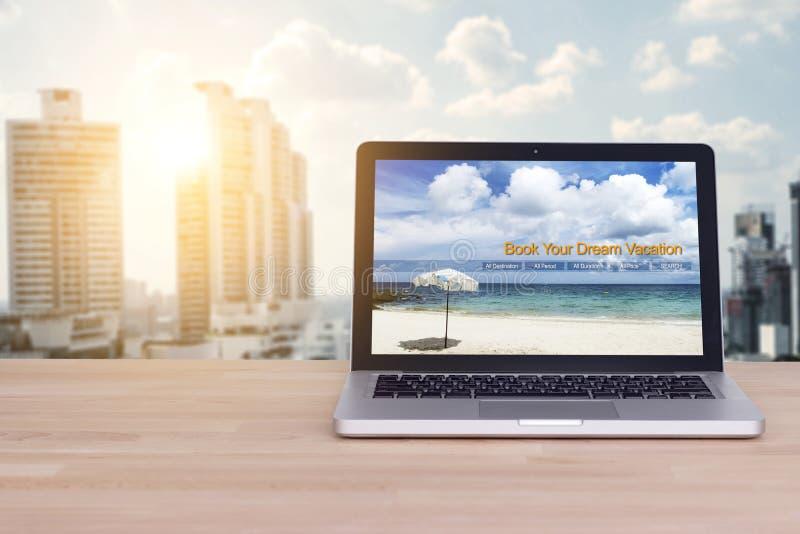 Curso, feriado, conceito do planeamento das férias Portátil com Web site fotos de stock