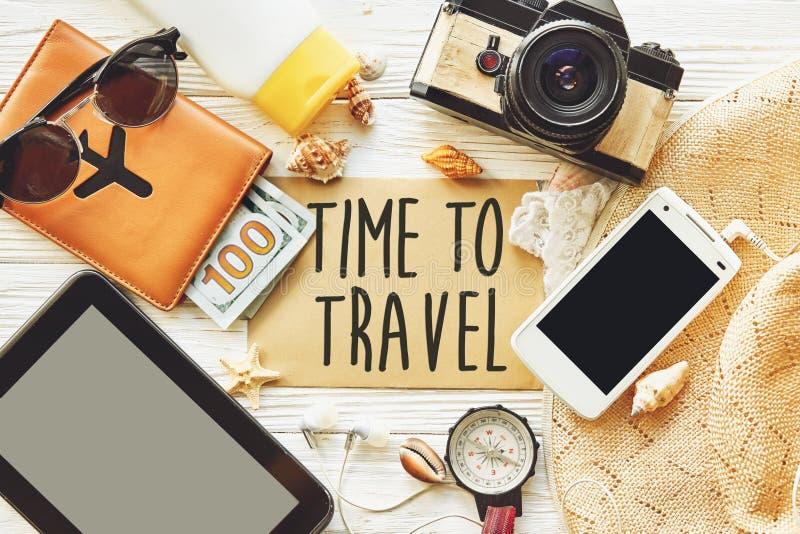 Curso hora de viajar sinal do texto do conceito no cartão plannin do verão imagens de stock royalty free