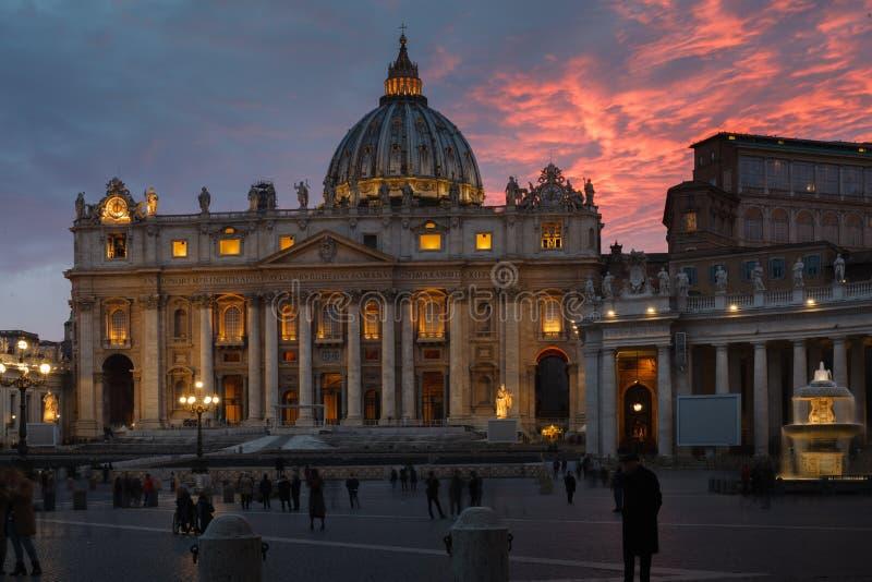 Curso a Itália - pessoa no quadrado de San Pietro St Peter da praça e na vista de St Peter Basilica na Cidade do Vaticano foto de stock