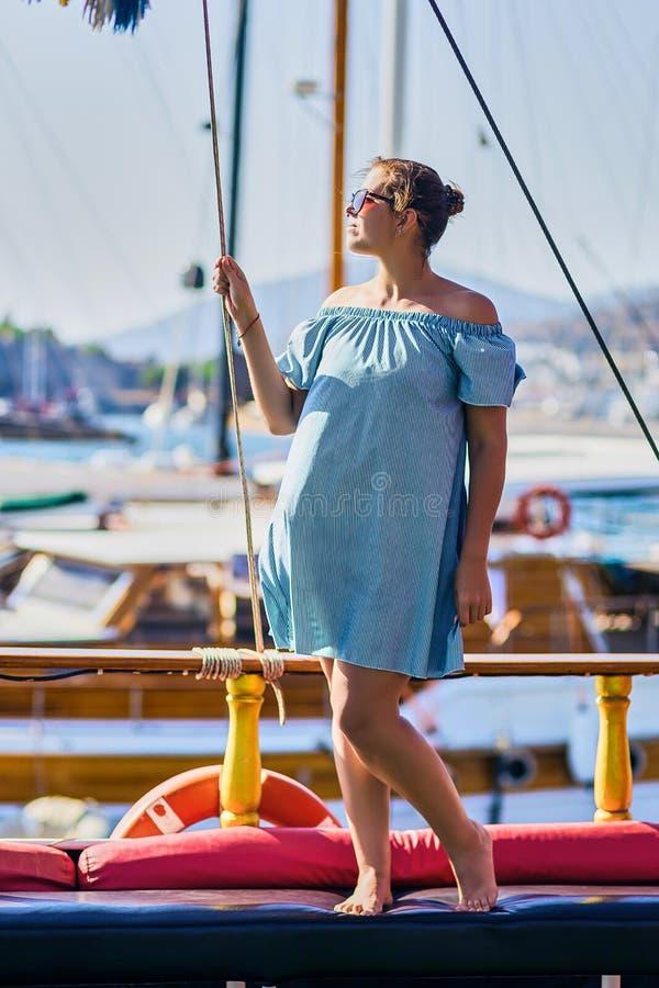 Curso luxuoso no iate Jovem mulher que aprecia o por do sol no barco imagem de stock royalty free