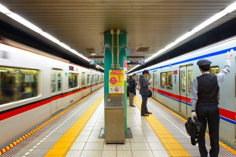 Curso não identificado dos povos através do sistema do metro de tokyo fotos de stock