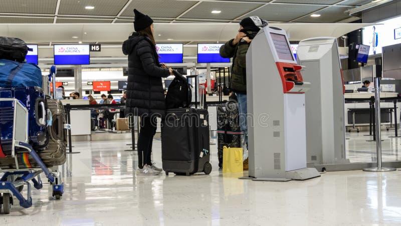 Curso não identificado dos povos no aeroporto internacional de Narita no Tóquio Japão foto de stock