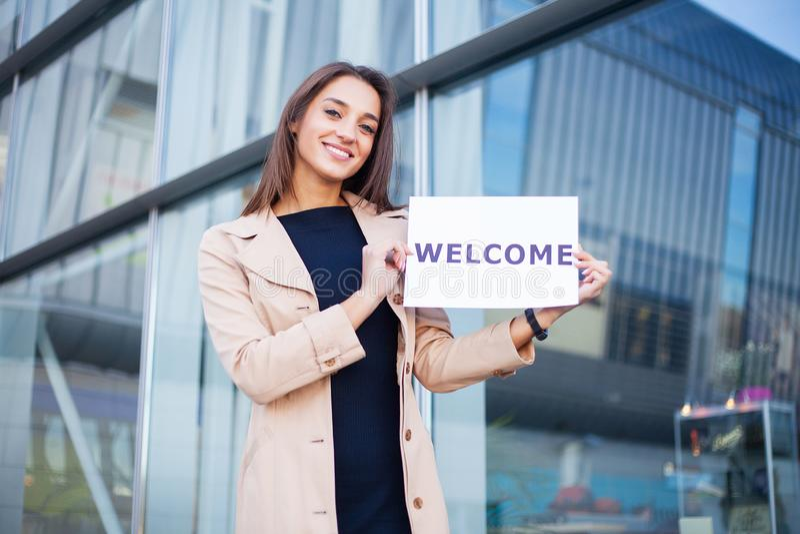 Curso Neg?cio das mulheres com o cartaz com mensagem bem-vinda imagens de stock royalty free