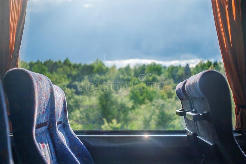 Curso no ônibus velho com lugares vazios foto de stock