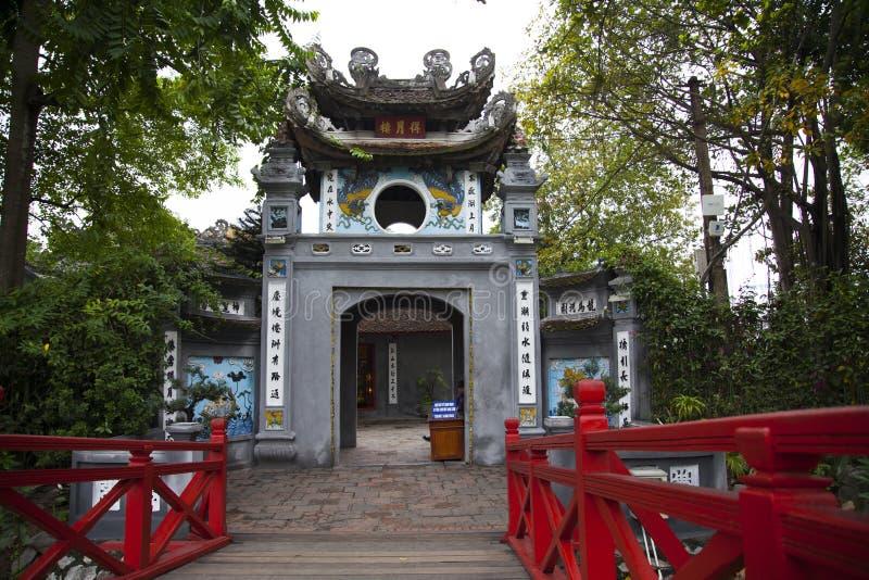 Curso no templo do filho de Ngoc em Hanoi, Vietname foto de stock royalty free