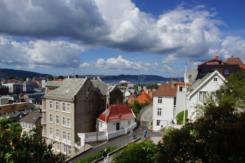 Curso a Noruega, uma rua com os turistas, indo para baixo entre as casas na cidade de Bergen imagens de stock royalty free