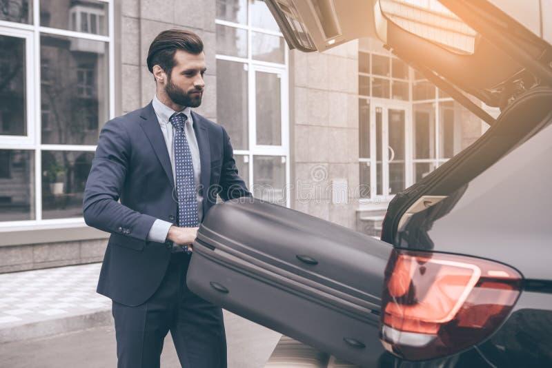 Curso novo do homem de negócio pelo carro apenas fotografia de stock