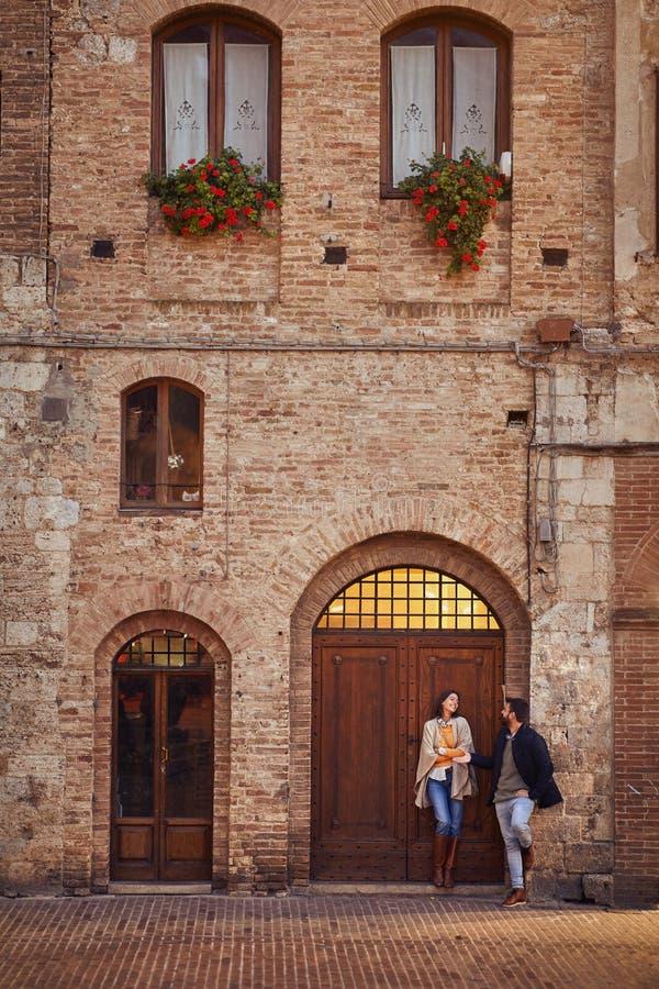 Curso Os pares do turista que viajam, acoplam-se no amor foto de stock