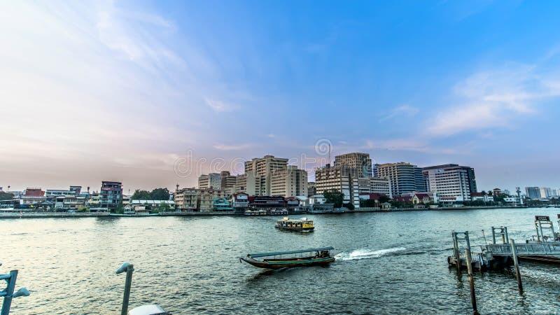 Curso pela excursão do transporte do barco no rio Banguecoque Tailândia de Chopraya fotografia de stock