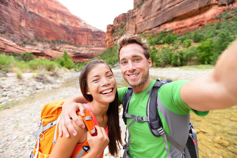 Curso que caminha o selfie por pares felizes na caminhada fotografia de stock royalty free