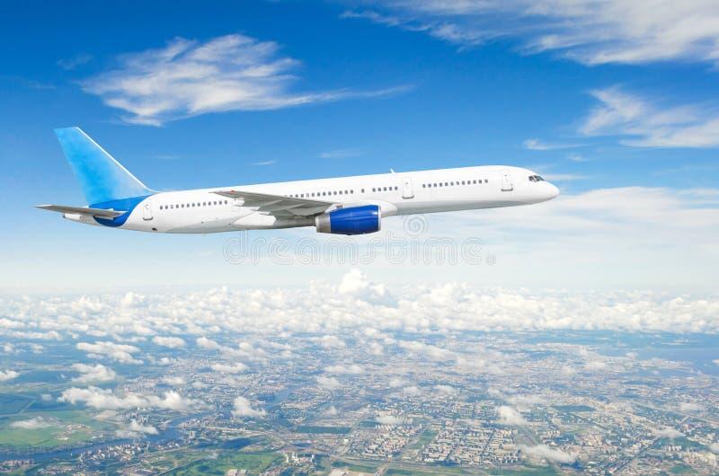 Curso sobre o avião comercial do voo da cidade foto de stock