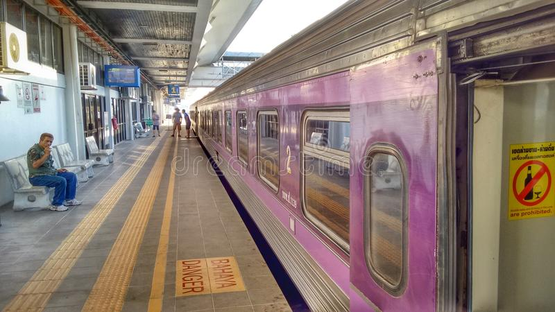Curso Tailândia: Trem de passageiros de Malásia a Bangok imagem de stock royalty free