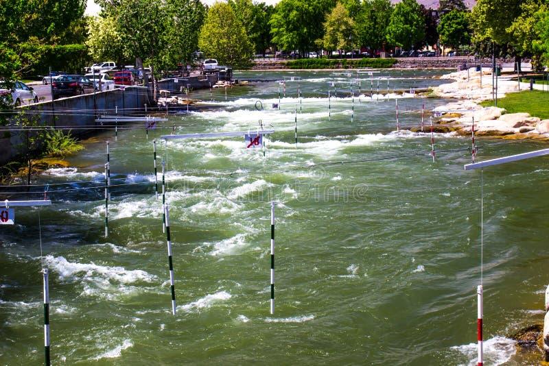 Curso vacío del kajak en el río de precipitación con los rápidos imagen de archivo