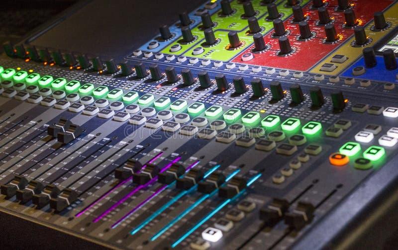 Cursor del panel del mezclador usado por DJ imágenes de archivo libres de regalías