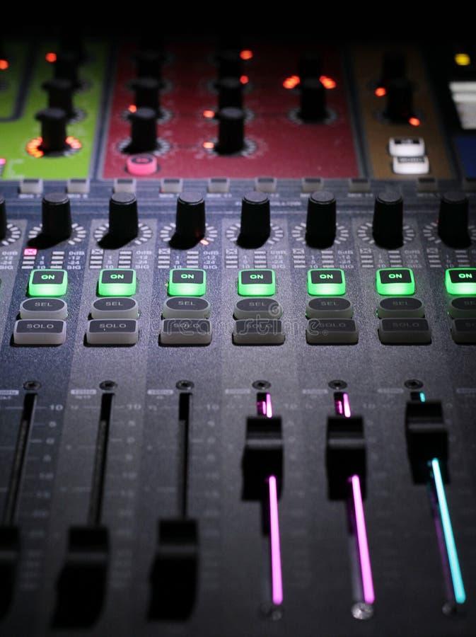 Cursor del panel del mezclador usado por DJ fotos de archivo libres de regalías