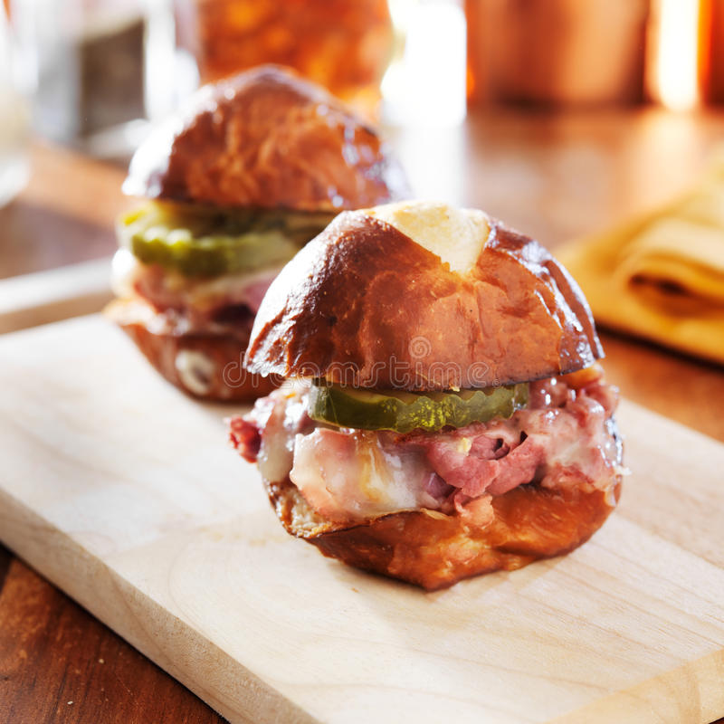 Cursori del formaggio e del corned beef sul panino della ciambellina salata fotografia stock