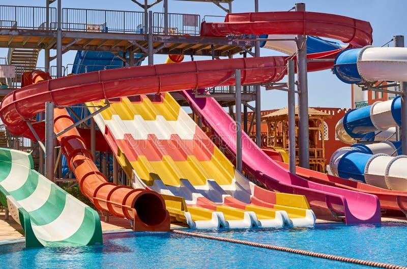 Cursori di Aquapark con la piscina dell'acqua, acqua blu fotografie stock