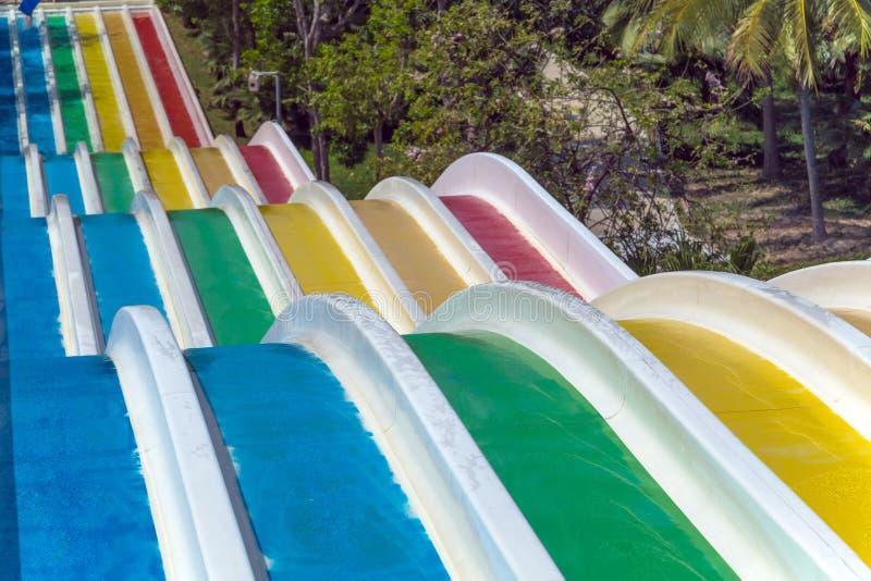 Cursori nel parco dell'acqua L'acqua suddivide in zone il aquapark fotografia stock