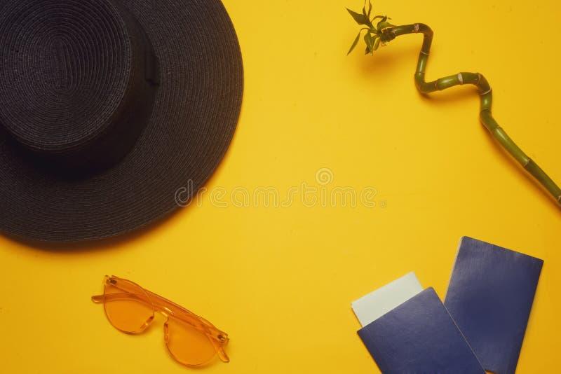 cursos Chapéu, 2 passaportes, bilhetes planos e vidros em um fundo alaranjado Lugar vazio para o texto Discontos do curso foto de stock