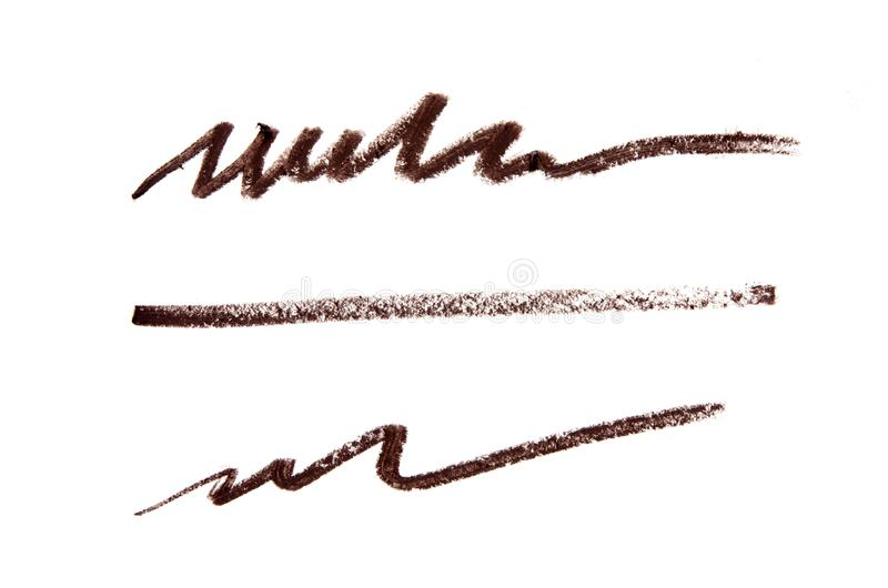 Cursos cosméticos do lápis da cor de Brown no fundo fotografia de stock