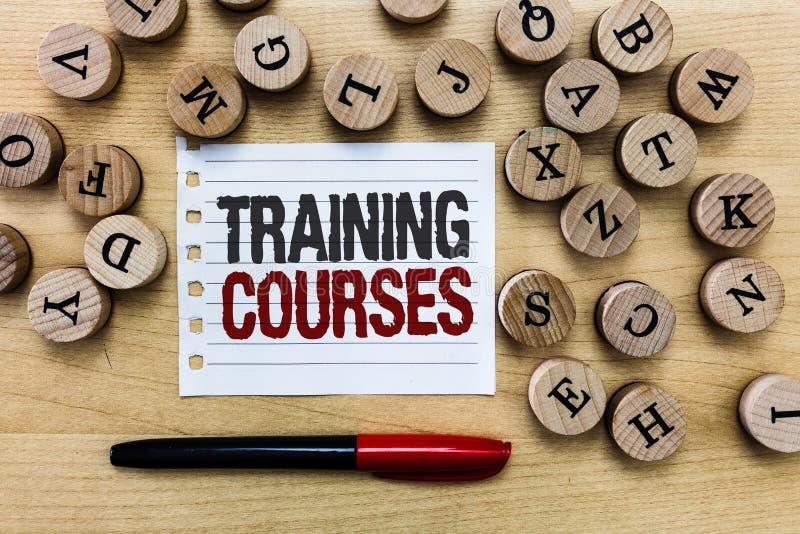 Cursos de formação do texto da escrita da palavra O conceito do negócio para é série de lições ou de leituras que ensinam habilid imagens de stock royalty free