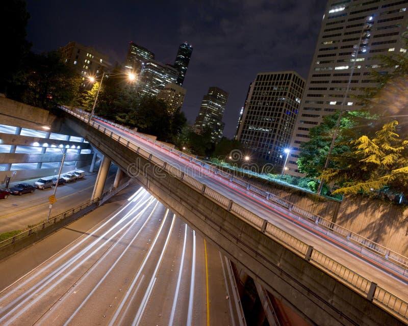 5 cursos de um estado a outro debaixo das construções Seattle Wa dos parques das estradas fotos de stock