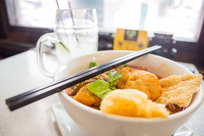 Curta Laksa que sea una sopa de fideos picante tradicional popular de la cultura de Peranakan en Malasia y Singapur fotografía de archivo