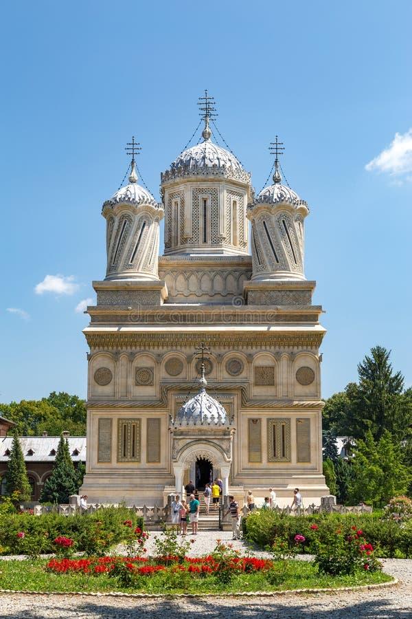 CURTEA DE ARGES, RUMÄNIEN - rumänsk ortodox domkyrka för JULI 24,2016 av Curtea de Arges royaltyfri bild