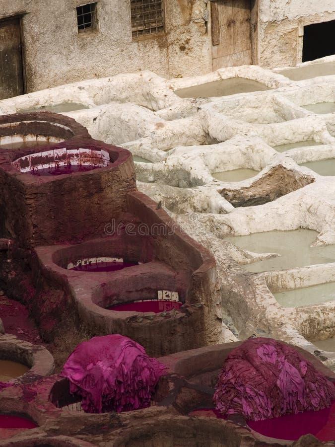 Curtiduría de cuero en Fes, Marruecos foto de archivo