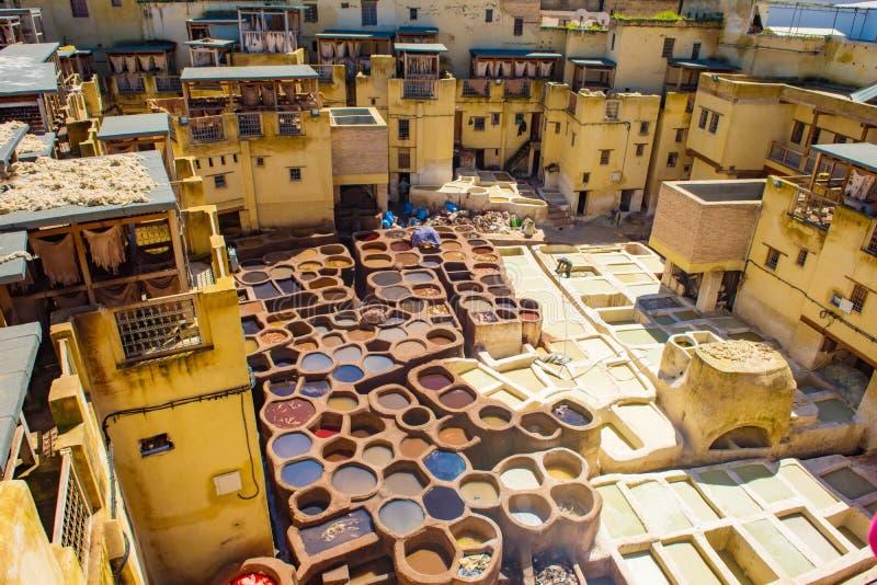 Curtidur?as de los tanques viejos de Fes con la pintura del color para el cuero Marruecos ?frica fotografía de archivo