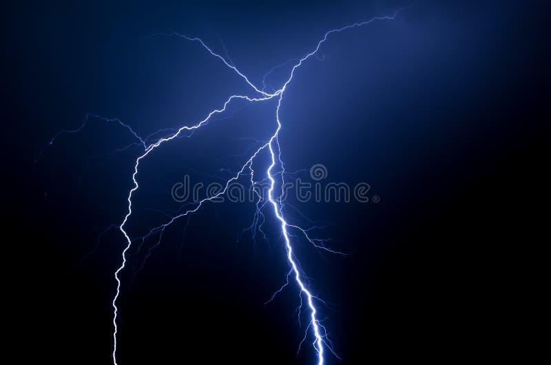 Curto circuito azul espectacular na noite imagem de stock royalty free