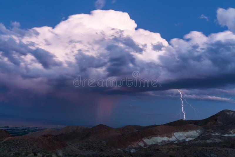 Curto circuito durante uma tempestade do trovão sobre o deserto imagem de stock