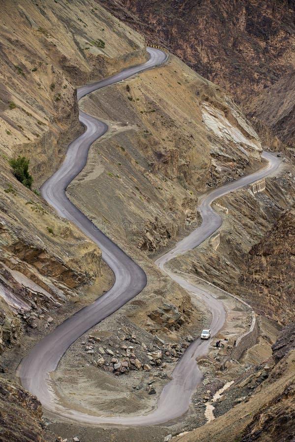 Curva afiada na estrada em montanhas de Himalaya, região da montanha de Ladakh foto de stock