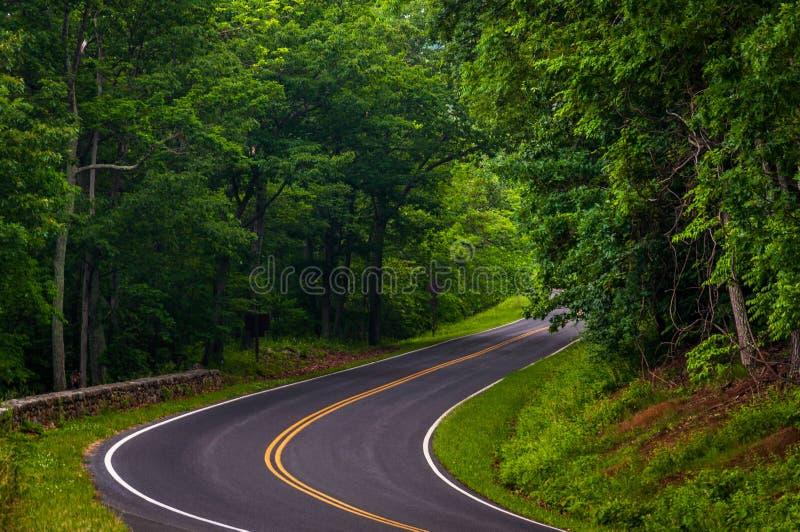 Curva ao longo da movimentação da skyline no parque nacional de Shenandoah fotos de stock