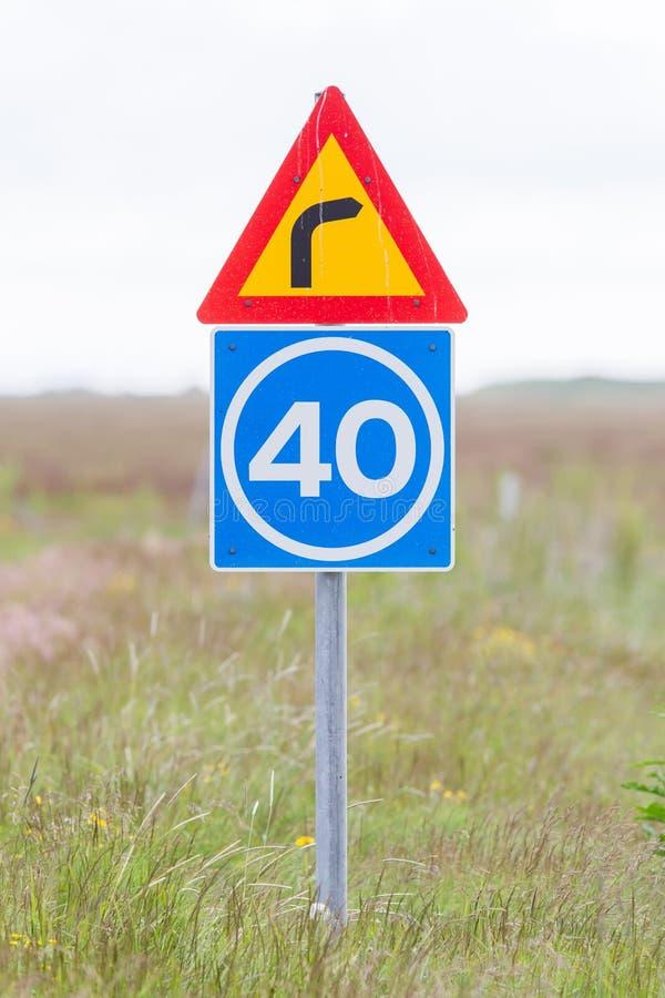 Curva con il limite di velocità consultivo fotografie stock