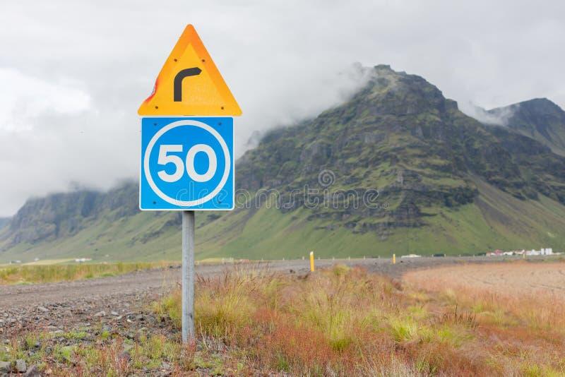 Curva con il limite di velocità consultivo fotografia stock