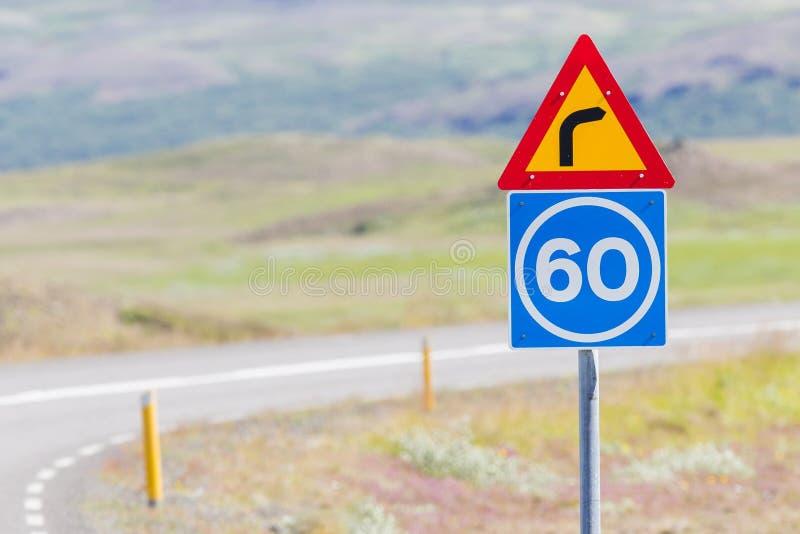 Curva con límite de velocidad consultivo foto de archivo