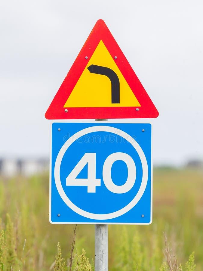 Curva con límite de velocidad consultivo fotografía de archivo