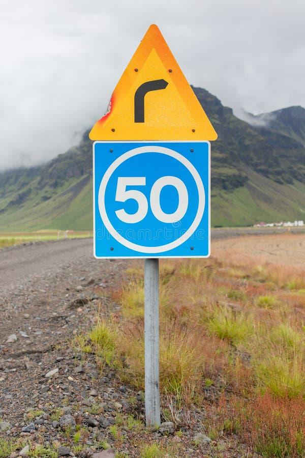 Curva con límite de velocidad consultivo fotos de archivo libres de regalías