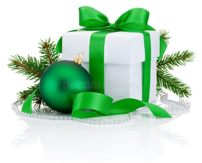 Curva da fita da caixa branca, ramo de pinheiro e bola verdes amarrados do Natal imagem de stock