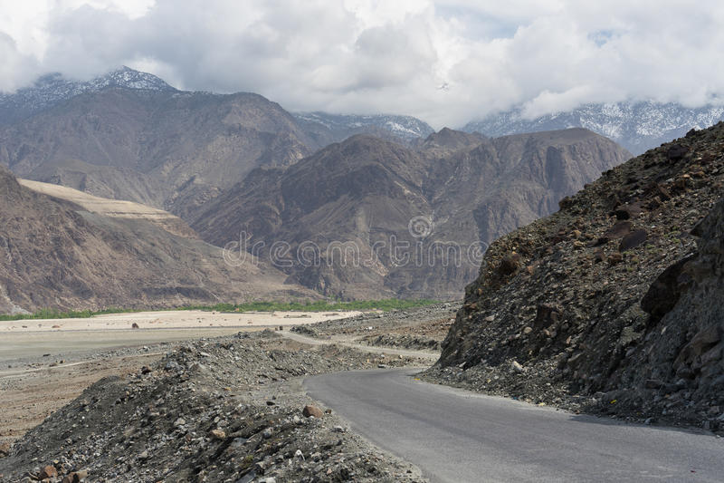 Curva de la carretera de Karakorum, Chilas, Gilgit Baltistan, Paquistán imagen de archivo libre de regalías